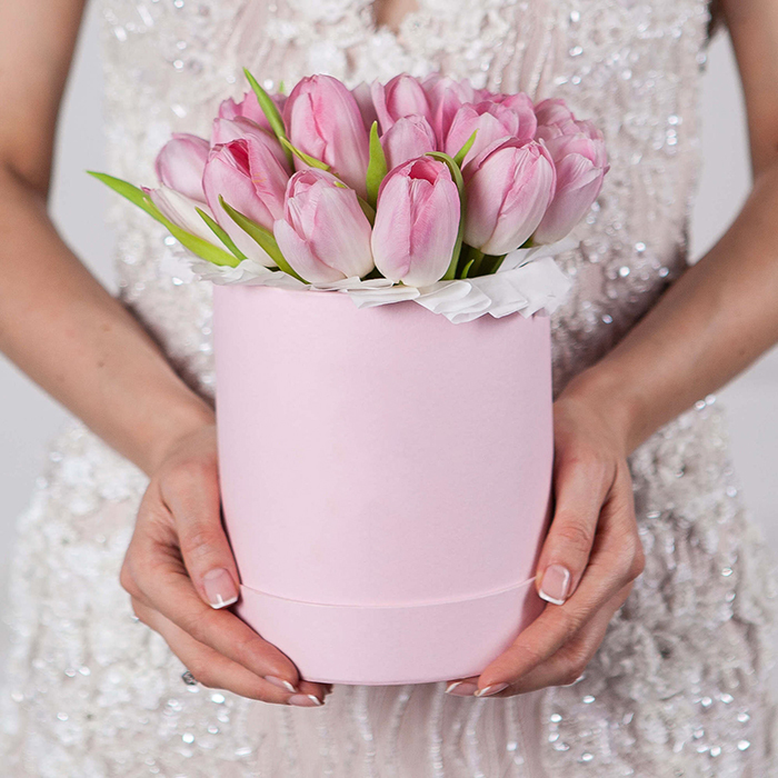 Купить букет розовых тюльпанов в шляпной коробке Пермь