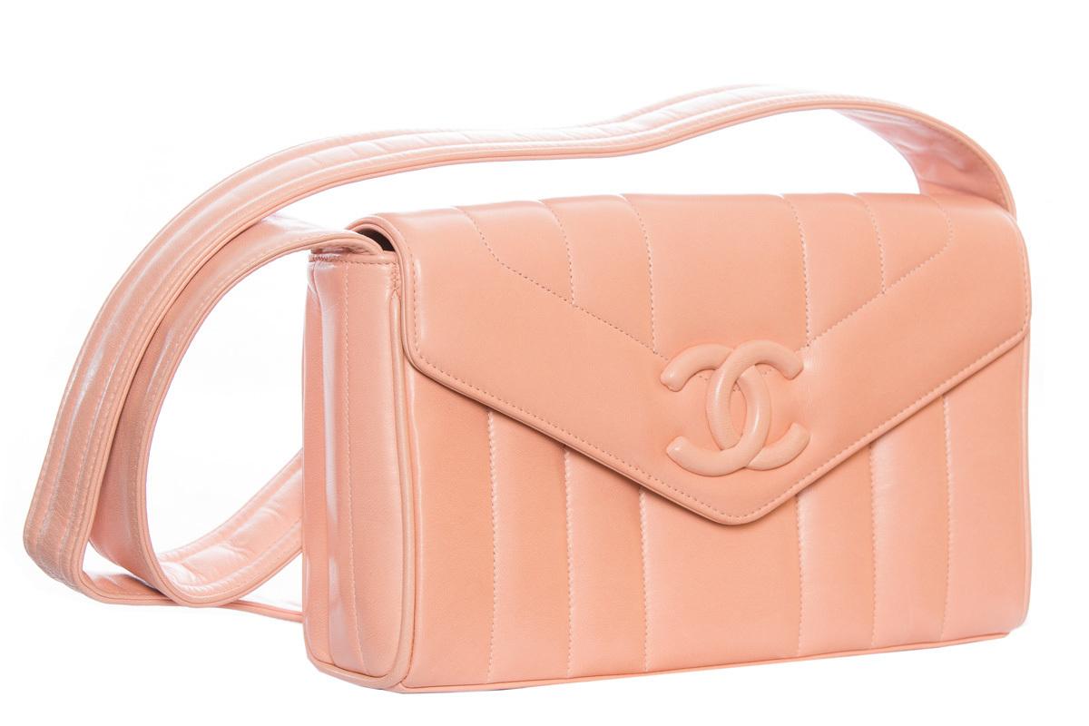 Красивая кожаная сумка бледно-розового цвета от Chanel