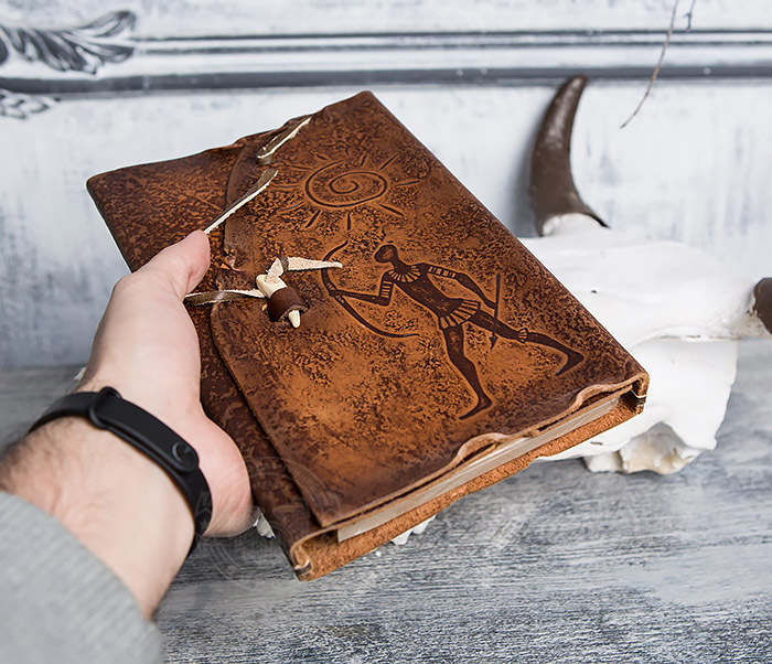 BY01-06-07 Прикольный кожаный блокнот «Лучник» с застежкой - клыком (А5) фото 04