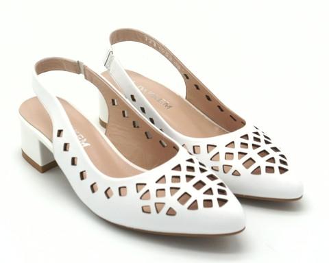 Белые кожаные туфли с острым мыском на квадратном каблуке