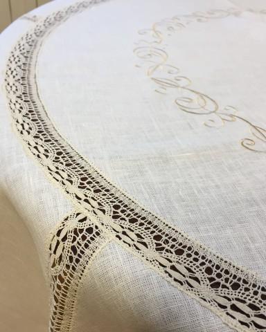 Скатерть круглая льняная с вышивкой и кружевом