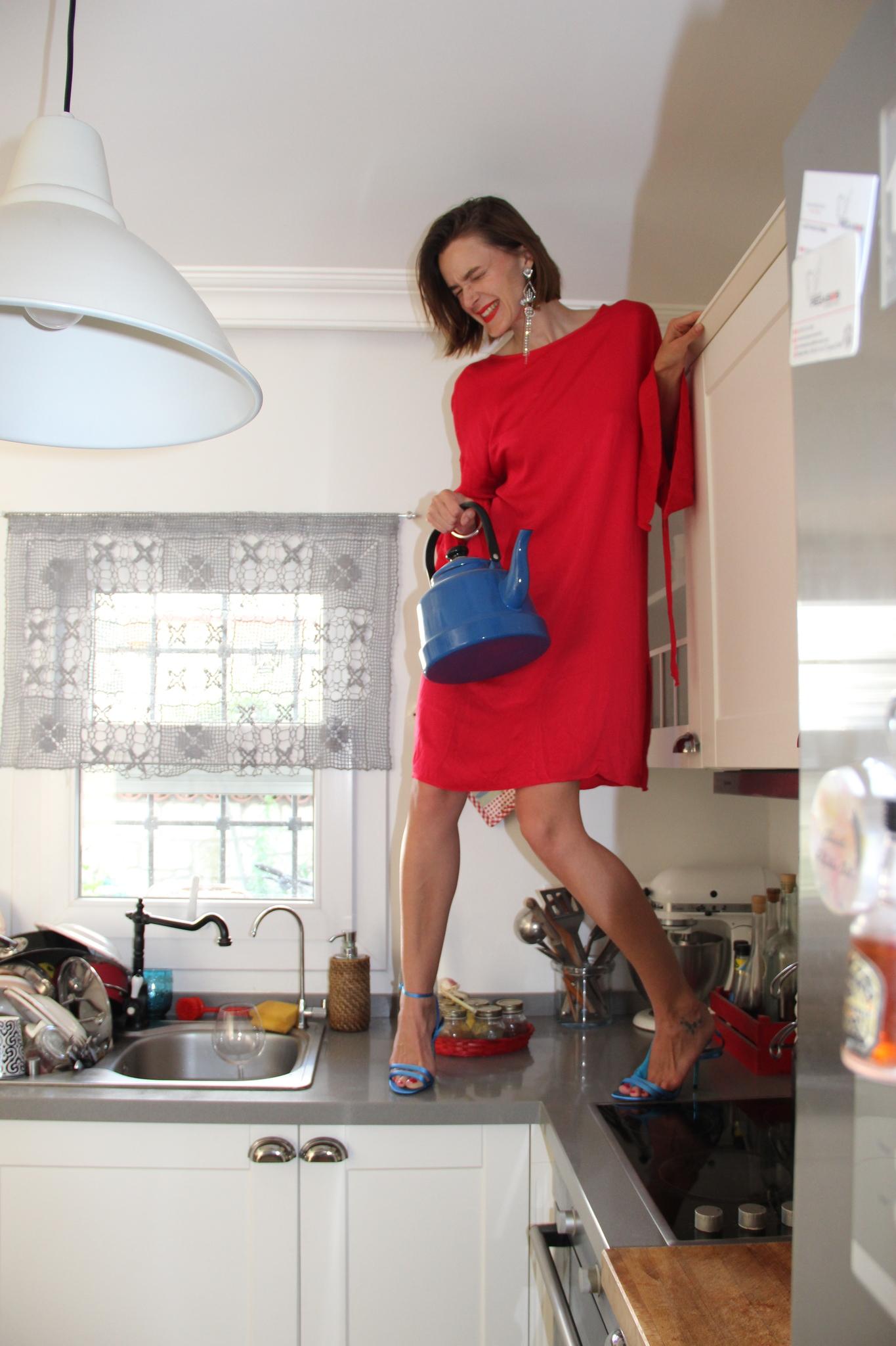 Прямое платье с пышными рукавами из вискозы