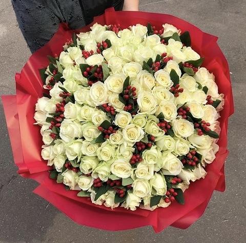 101 роза 60 см с гиперикумом #2050