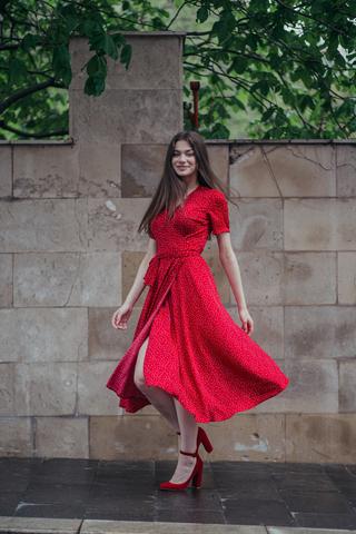 Платье миди в горошек на запАх красный