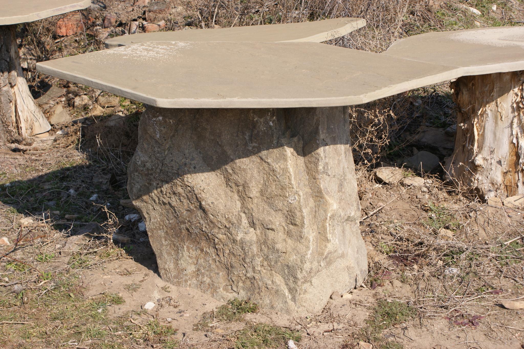 Необычный каменный стол
