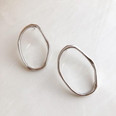 Серьги изогнутые колечки 4,5 см, серебряный цвет