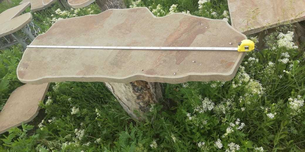 Фигуристый каменный столик на дачу