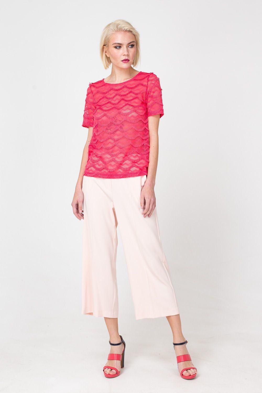 Брюки А430-156 - Кюлоты нежно-розового цвета – самая популярная модель брюк последних сезонов. Расширенный силуэт и укороченная длина позволяют скрыть возможные несовершенства фигуры. Базовый цвет и лаконичный дизайн наделили кюлоты универсальностью – вы можете сделать их участником практически любого образа.