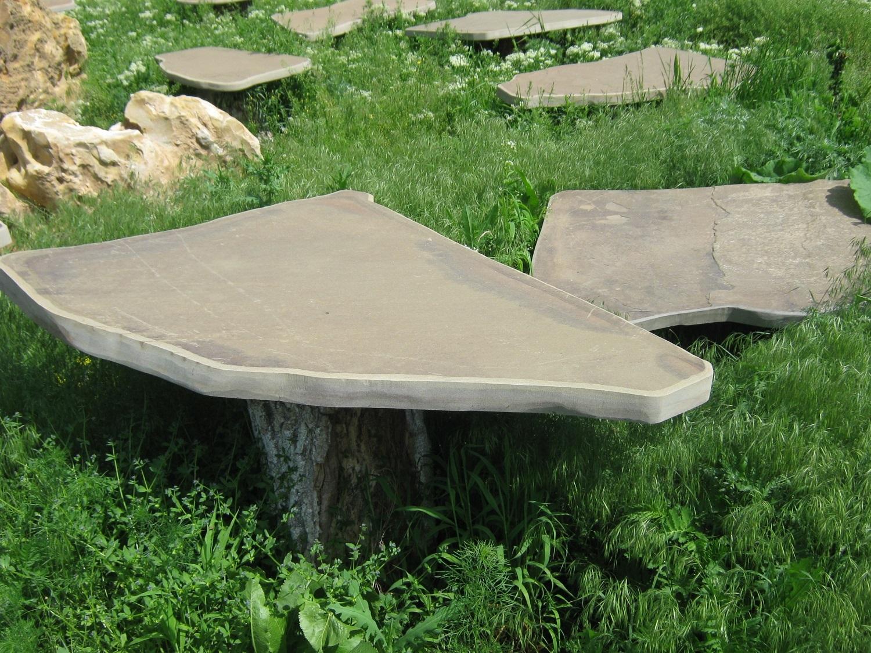 Природный каменный столик возле беседки