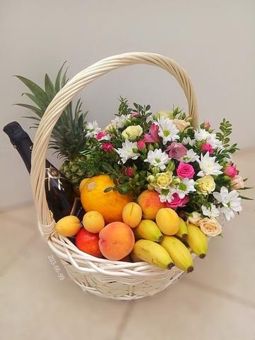 Цветы в корзинке с напитком и фруктами #12887
