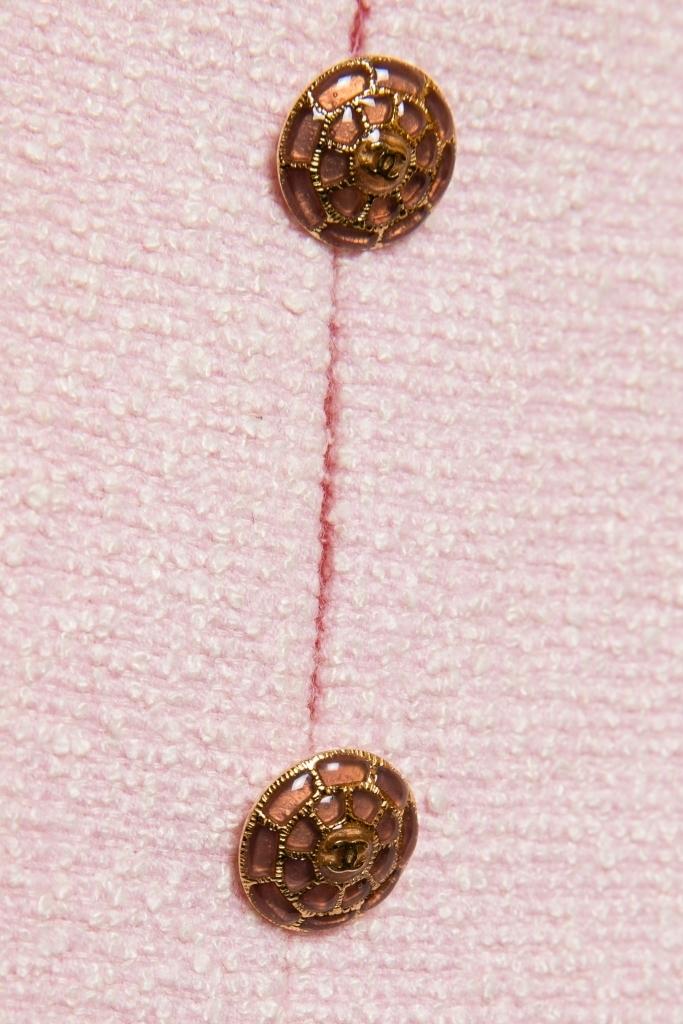 Элегантное летнее платье из твида нежно-розового цвета от Chanel, 40 размер.