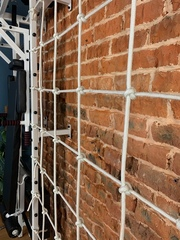 шведская стенка с сеткой для лазания