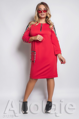 Платье красного цвета с вырезом на молнии