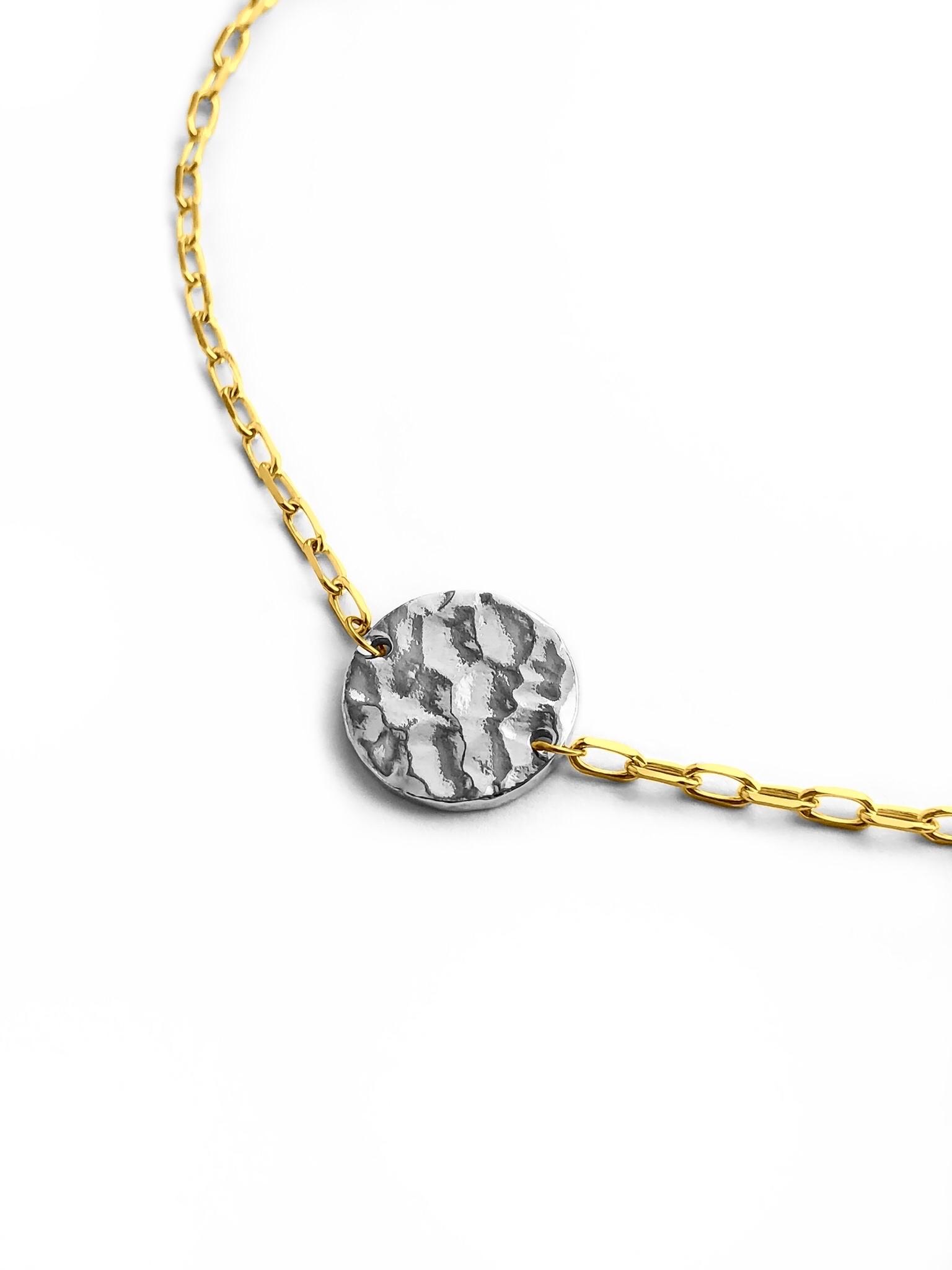 Серебряное колье-чокер с позолотой и медальоном