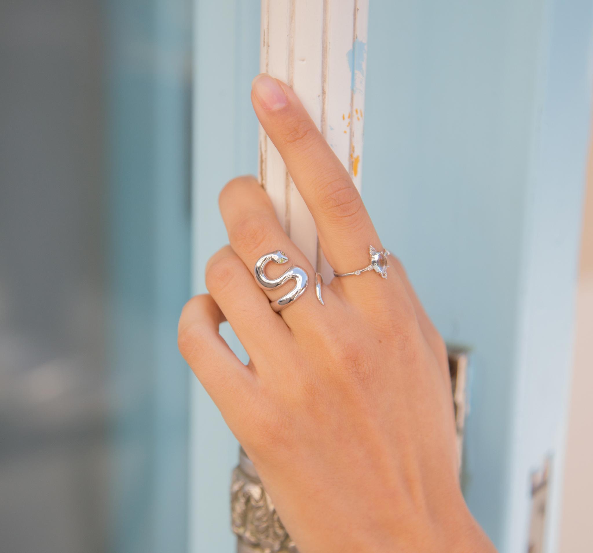 Кольцо из серебра, покрыто родием и кабошоном натурального голубого топаза