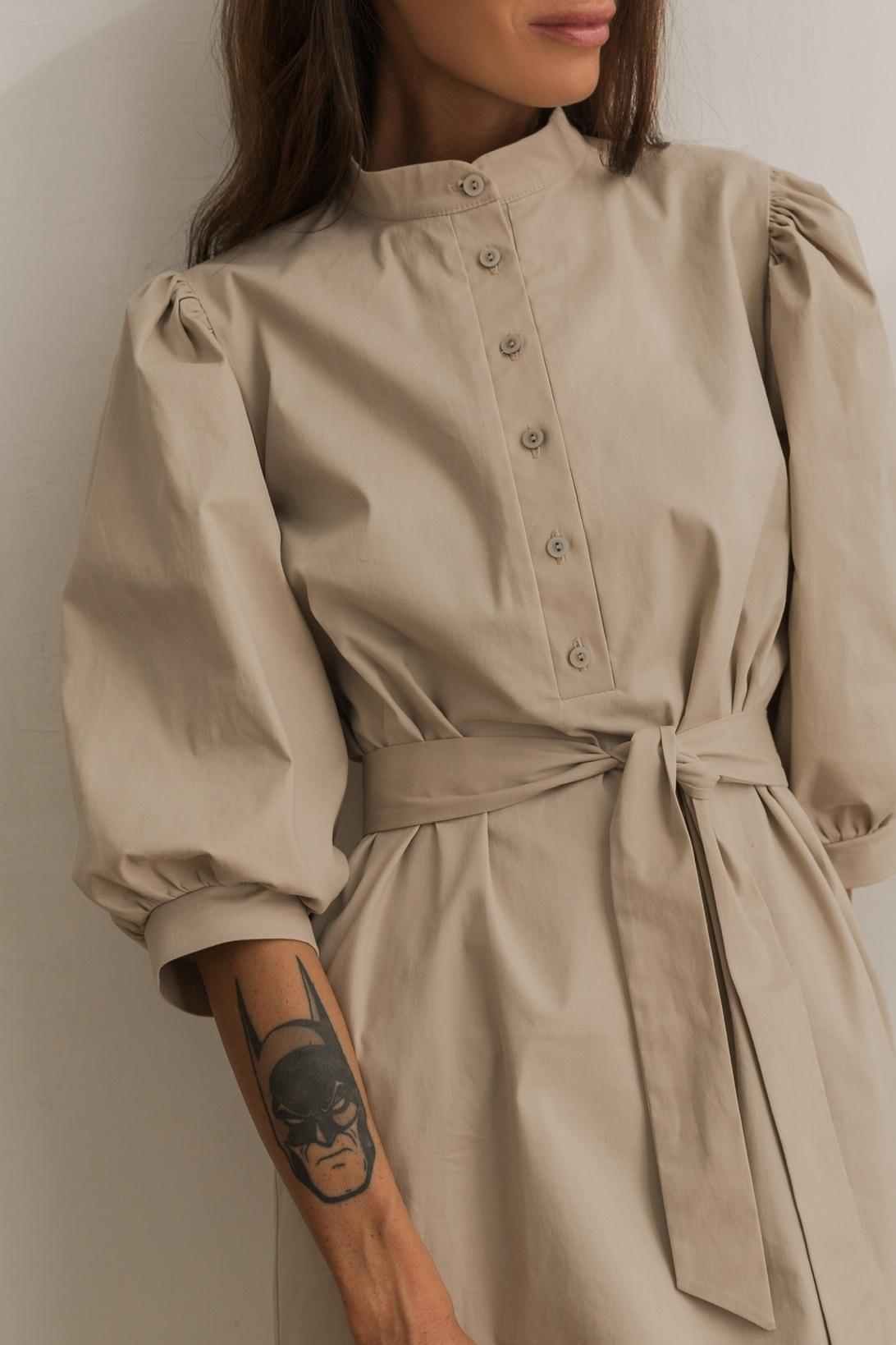 Платье со стойкой и рукавами фонариками, светло-бежевый