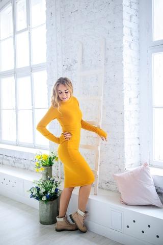 Платье шерстяное с вырезом лодочка желтое