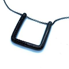 AC3414Z - Колье из серебра в черном родии с геометрической подвеской в стиле APM MONACO
