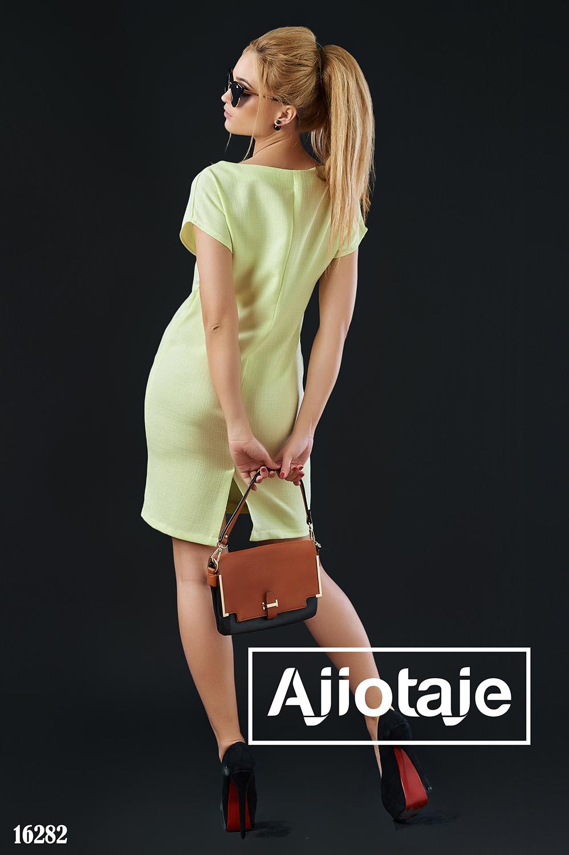 Платье желтого цвета с небольшим разрезом
