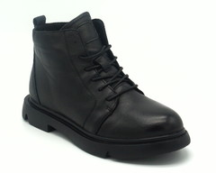 Зимние ботинки черного цвета на массивной подошве