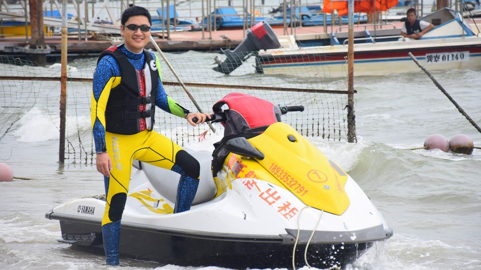 спортсмен на скутере в плавательном жилете HiSEA