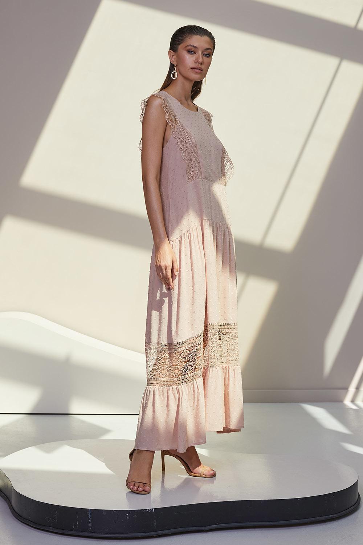 Бежевое платье с кружевными ажурными вставками