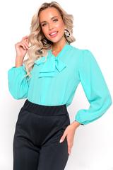 <p><span>Романтичная блузка из шифона, свободного кроя. Рукав длинный, втачной, с резинкой по низу. Особую оригинальность этой блузке придает бант на горловине. Эту нарядную блузку можно комбинировать и с юбкой, и с брюками.</span></p>