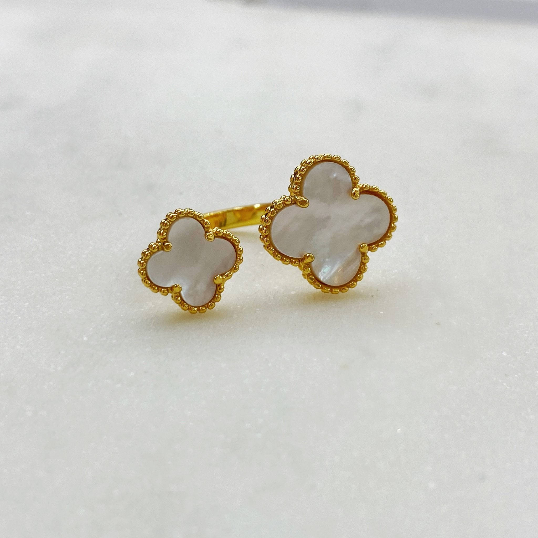 Кольцо разъемное Два Клевера белый перламутр (золотистый)