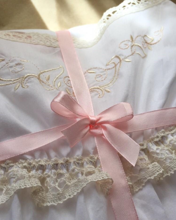 Батистовая сорочка на бретелях с кружевом и вышивкой