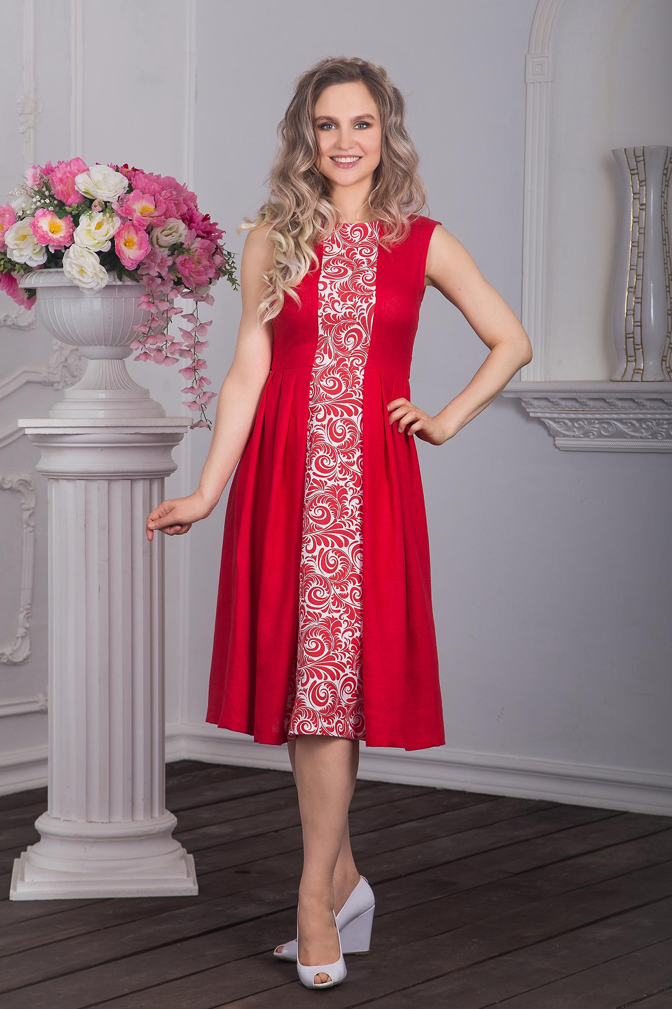 Фотография модели в красном платье в русском стиле с узором
