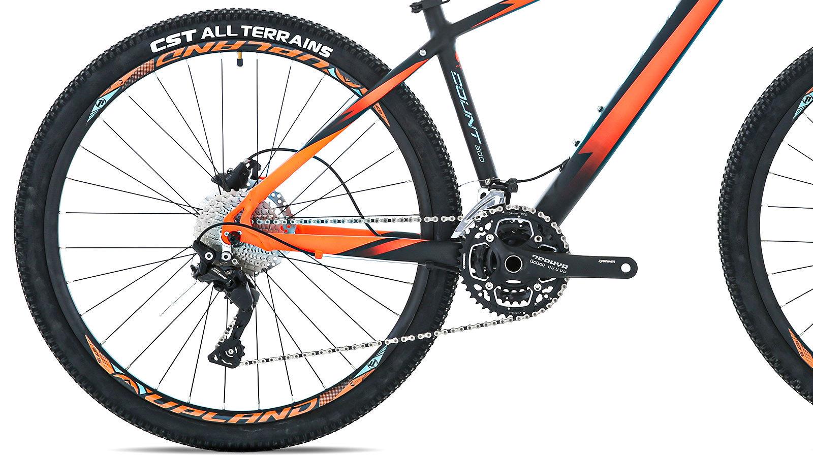 заднее колесо и педаль горного велосипеда