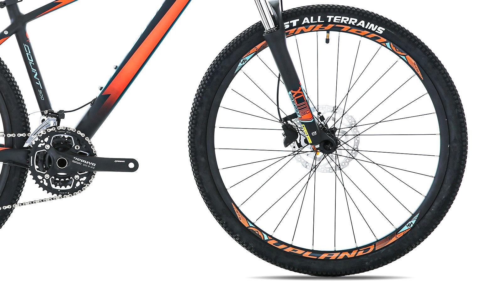 переднее колесо и педаль горного велосипеда