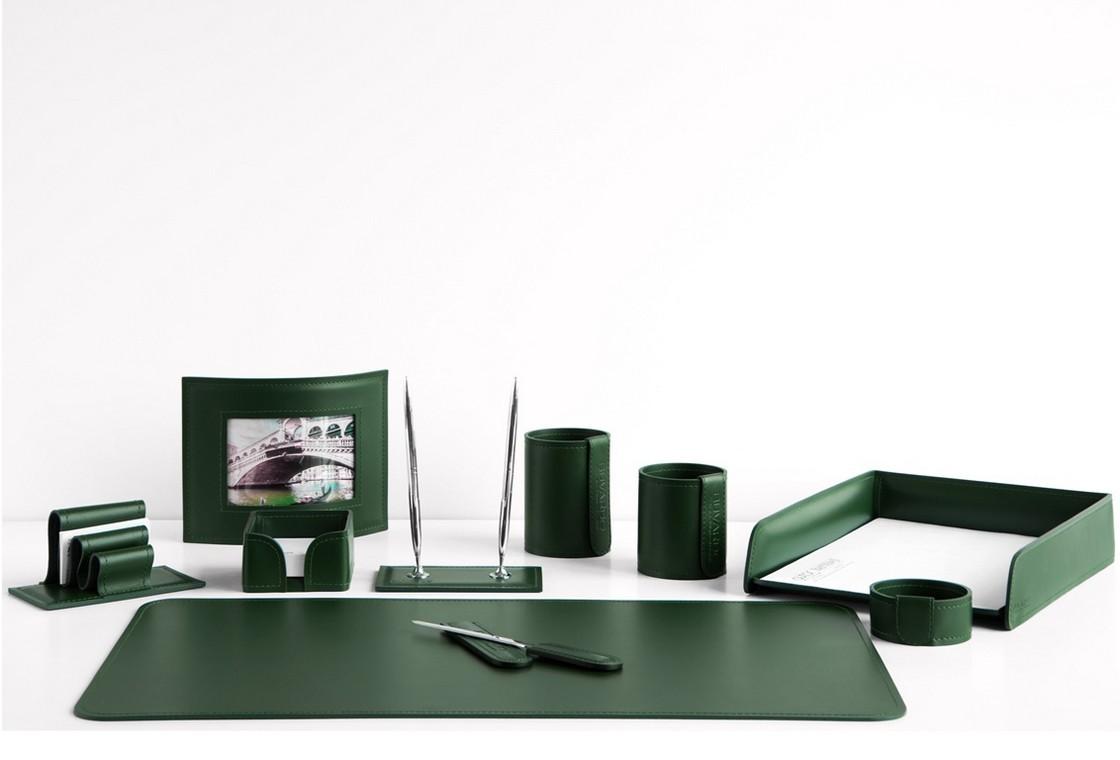 На фото набор на стол руководителя арт.1674-СТ-10  предметов зеленая кожа Cuoietto.
