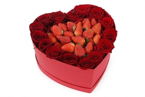 Букет из 15 красных роз и клубники