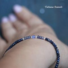 Тонкий браслет из сапфира, иолита и бусины танзанита