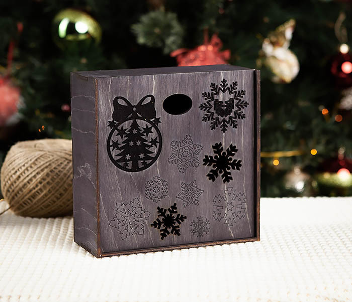 BOX204-1 Новогодняя подарочная коробка со снежинками (17*17*7 см)