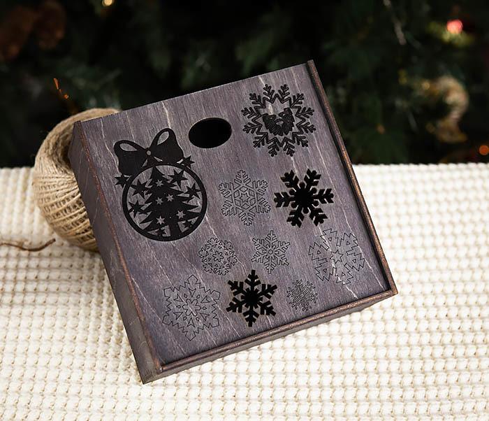 BOX204-1 Новогодняя подарочная коробка со снежинками (17*17*7 см) фото 02
