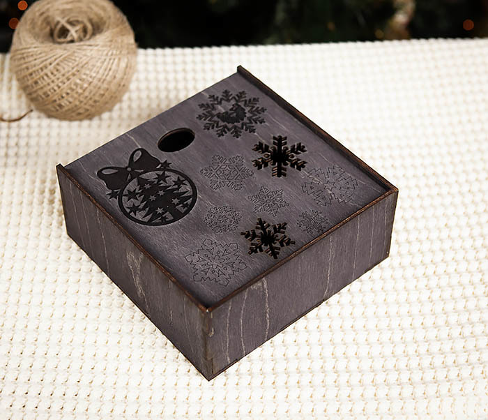 BOX204-1 Новогодняя подарочная коробка со снежинками (17*17*7 см) фото 03