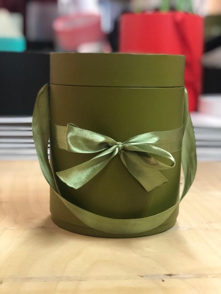Шляпная коробка D 22,5 см .Цвет: Болотный . Розница 450 рублей
