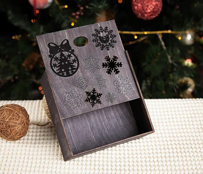 BOX204-1 Новогодняя подарочная коробка со снежинками (17*17*7 см) фото 04