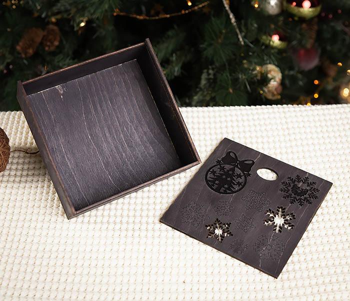 BOX204-1 Новогодняя подарочная коробка со снежинками (17*17*7 см) фото 05
