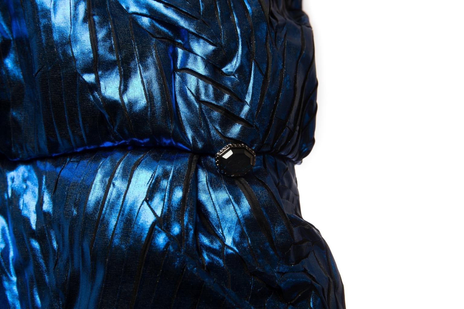 Эффектное коктейльное шелковое платье цвета электро от Chanel, 38 размер.
