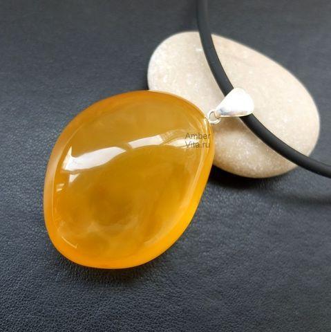 крупный кулон из натурального жёлтого янтаря