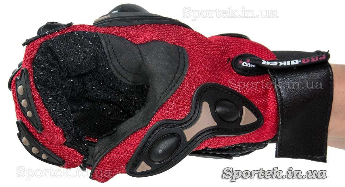 Перчатки ProBiker (Про-байкер) для велосипедистов роллеров и мотоциклистов вид на руке сбоку