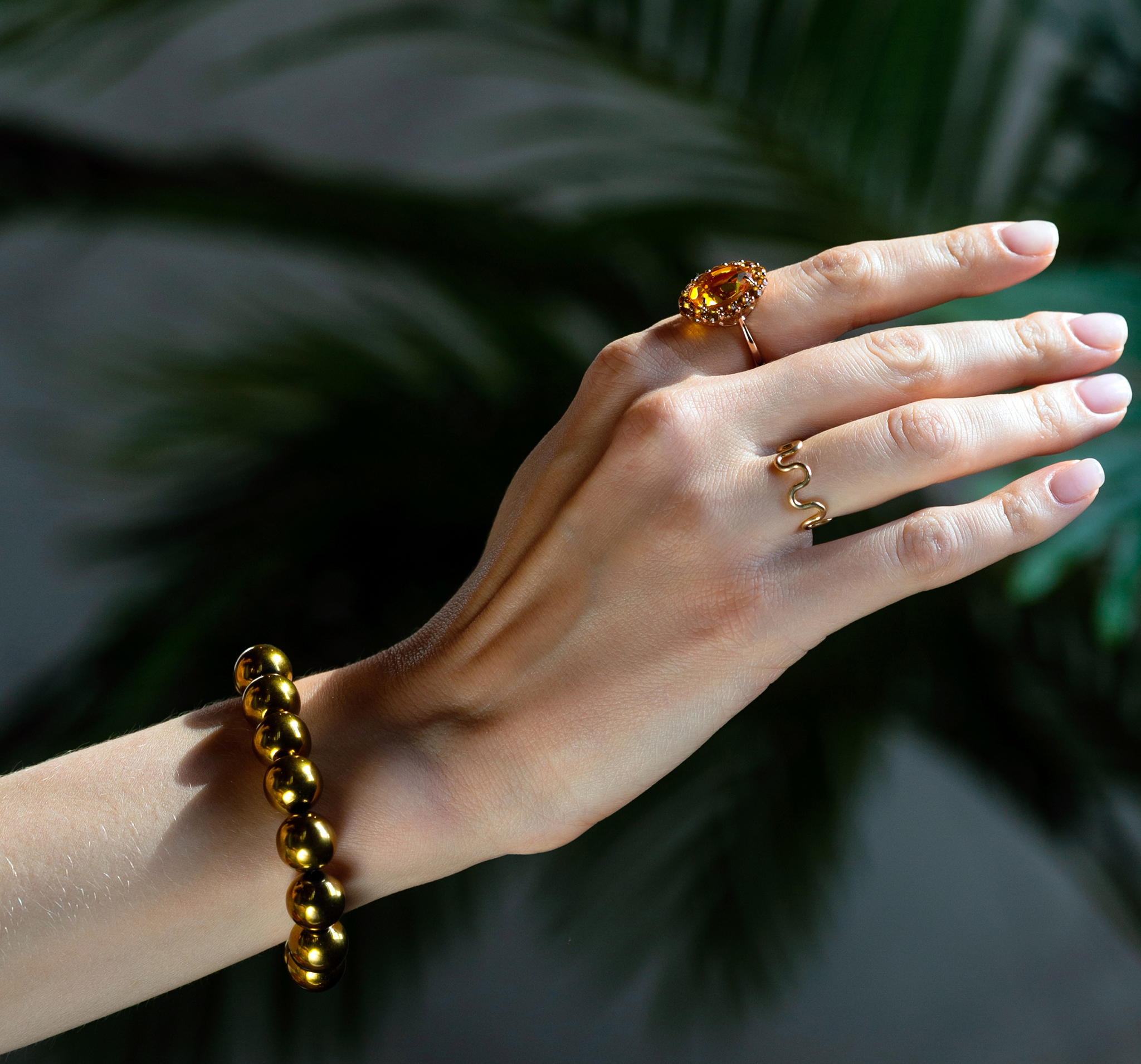 Роскошное позолоченное кольцо с крупным цитрином овальной огранки в венке из цитринов