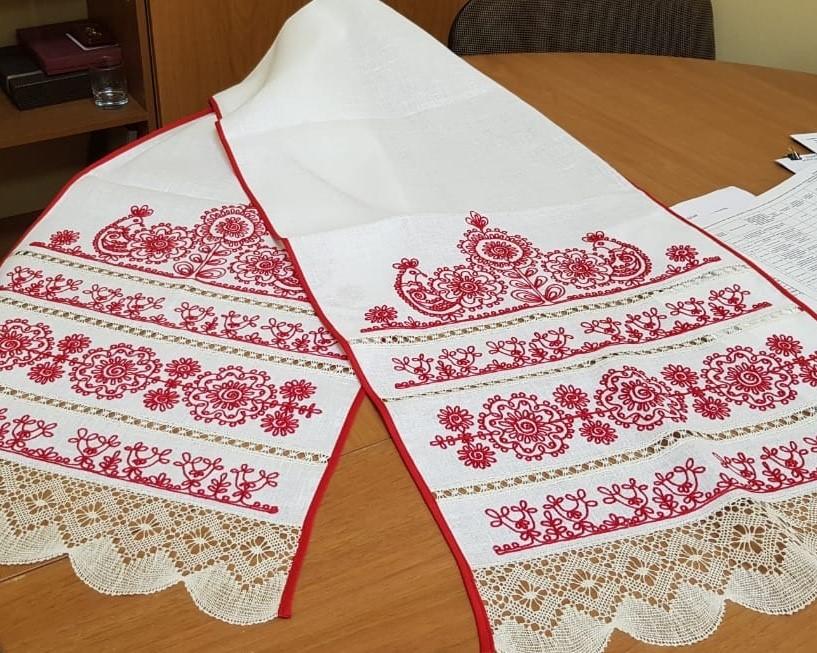Свадебное полотенце - рушник с птицами, цветами и кружевом
