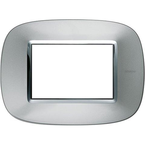 Рамка 1 пост, овальной формы. МЕТАЛЛИЗИРОВАННЫЕ. Цвет Зеркальный алюминий. Итальянский стандарт, 3 модуля. Bticino AXOLUTE. HB4803XC