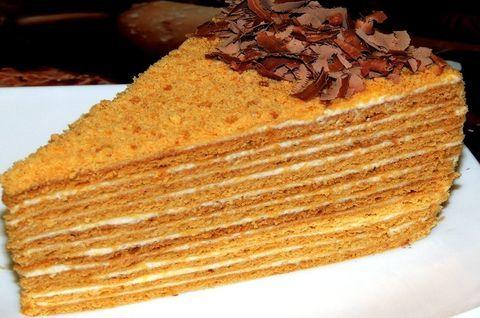 Медовый безглютеновый торт украшен зеленью
