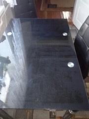 Накладка прозрачная на темном стеклянном столе