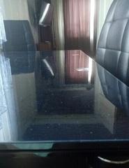 Накладка прозрачная на темном стеклянном столе толщиной 1мм